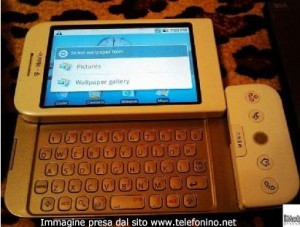Un'altra foto dell'Htc Dream dove si vede la tastiera QWERTY