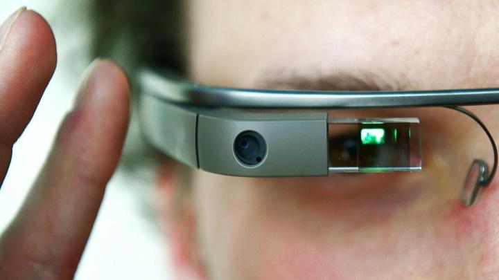 Multa per la donna che indossava i Google Glass al volante